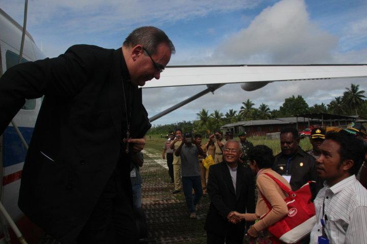 Pak Bupati jembut Duta Vatikan di Bandara Ewer