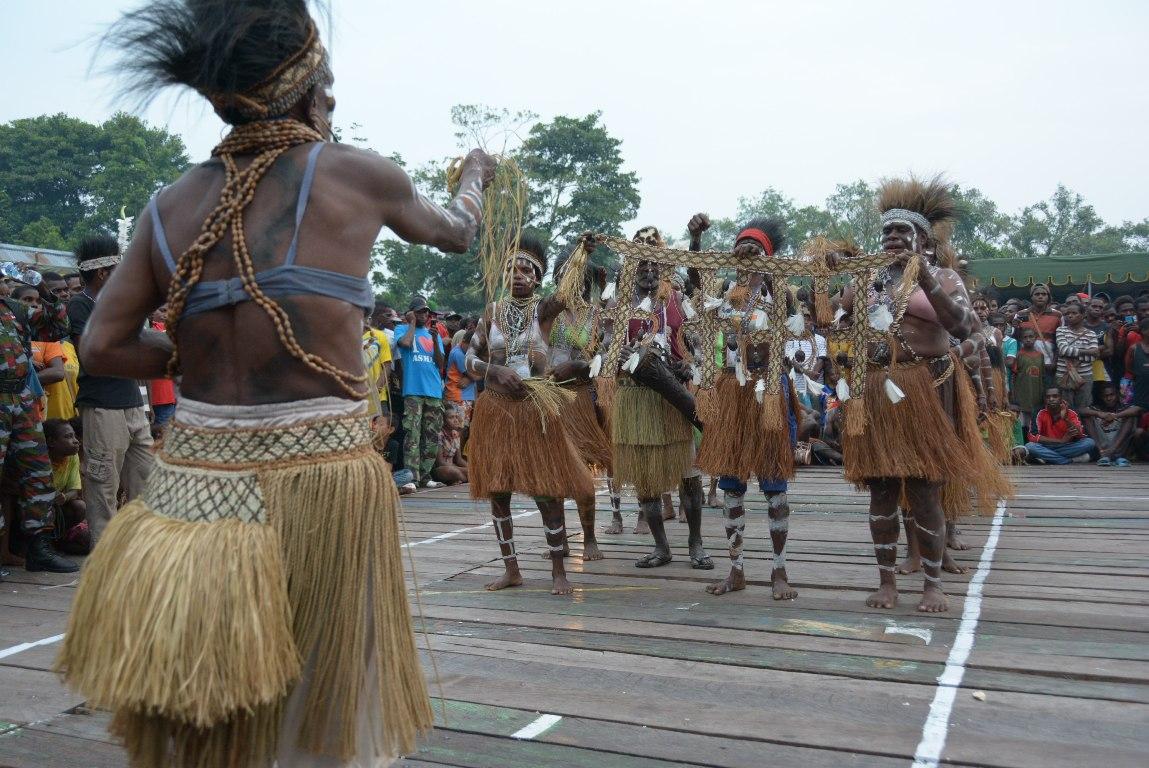 Tarian Adat Memeriahkan Pelaksanaan Pesta Budaya Asmat ke 30
