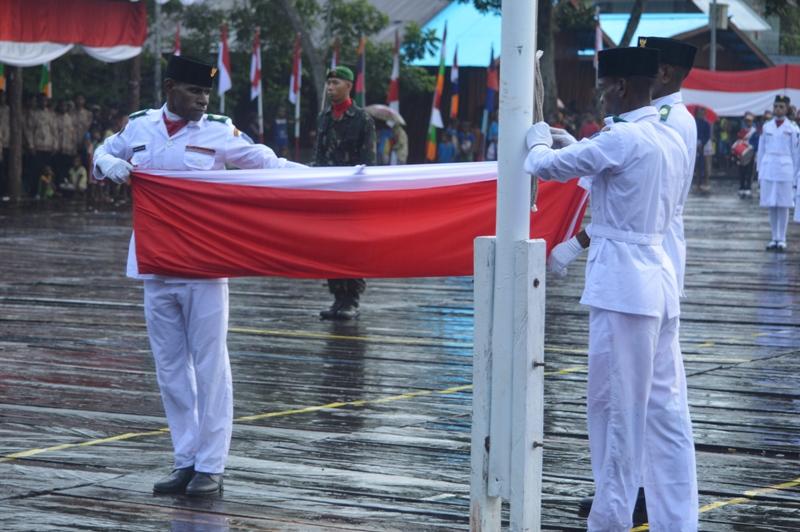 Proses Penurunan Bendera Merah Putih